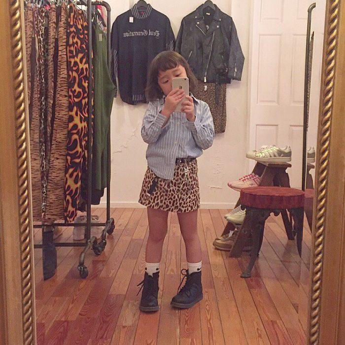 Niña fashionista usando una falda animal print y blusa de mezclilla