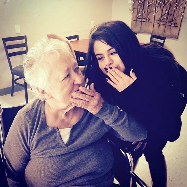 chica bromenado con su abuela