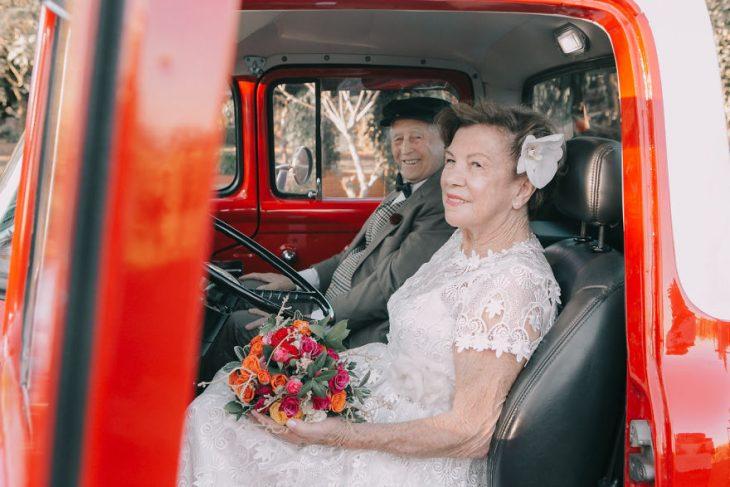 esposos dentro de una camioneta