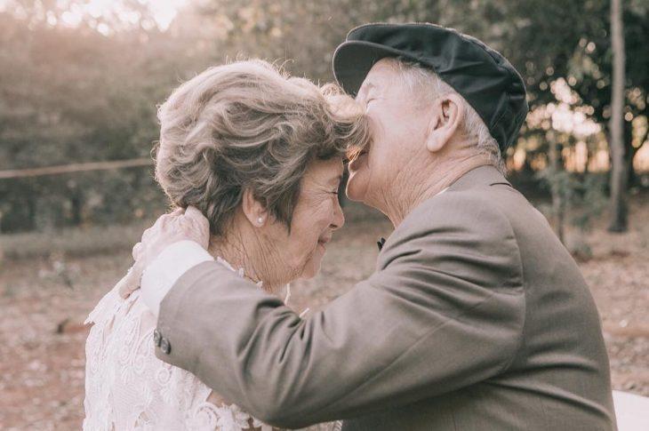 abuelos besando su frente