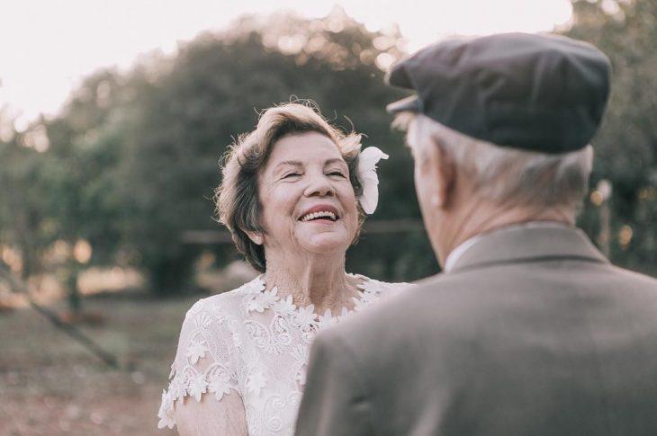 mujer mirando a su esposo
