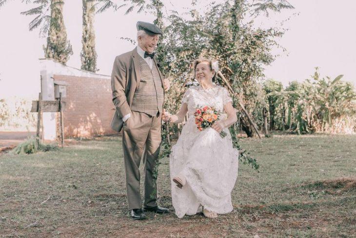 pareja de esposos caminando de la mano