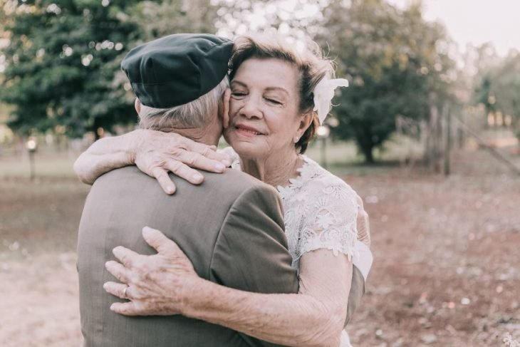 pareja de esposos abrazada