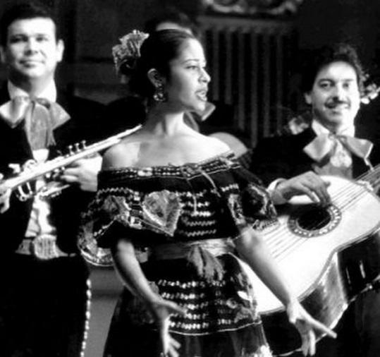 chica cantando con mariachi