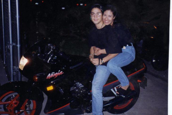 pareja de novios en motocicleta