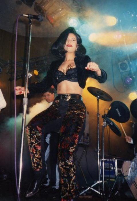 Selena Quintanilla bailando