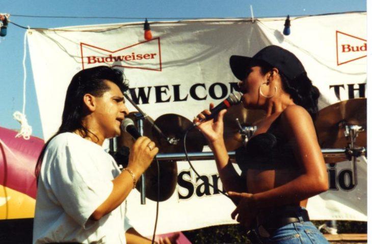 artista y fan cantando