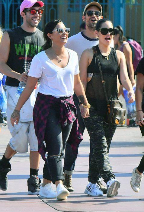 Demi lovato junto a una Dj en Disneylandia