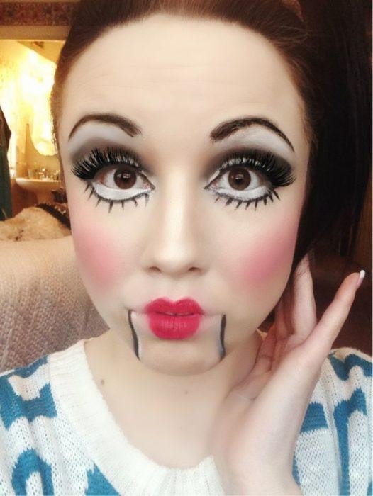 chica maquillada como muñeca