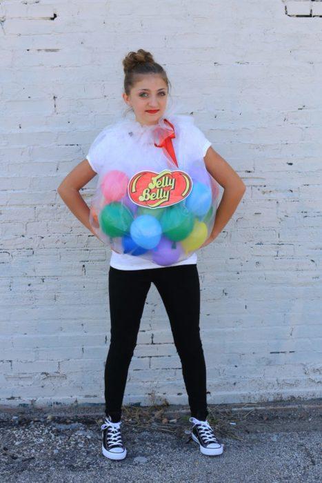 chica con globos de colores