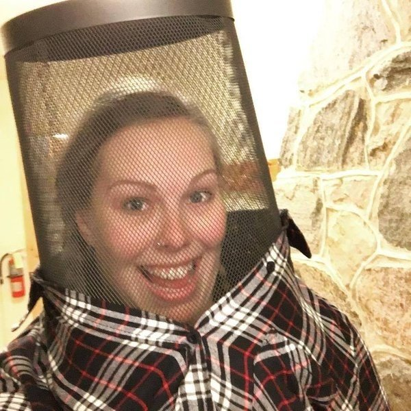 chica con cesto de la basura en la cabeza