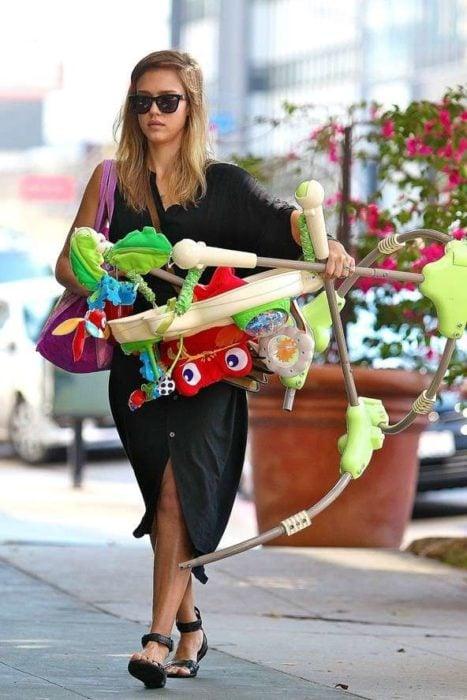 chica comprando juguetes