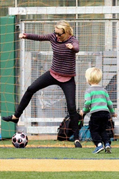 mamá e hijo jugando futbol