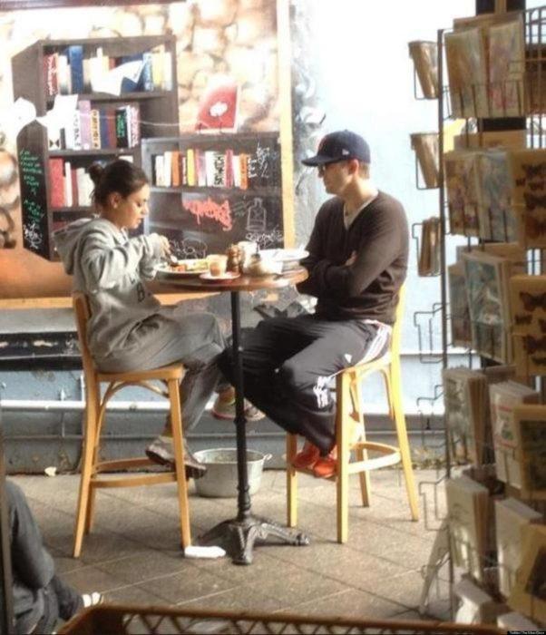 pareja de novios desayunando