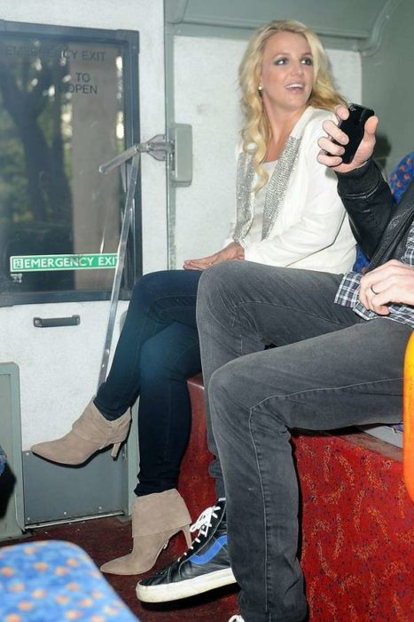 chica paseando en metro