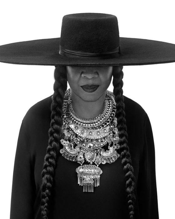 Suegra de Beyoncé luciendo igual que su madre en el video Fundation