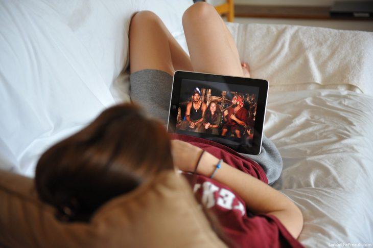 chica viendo películas