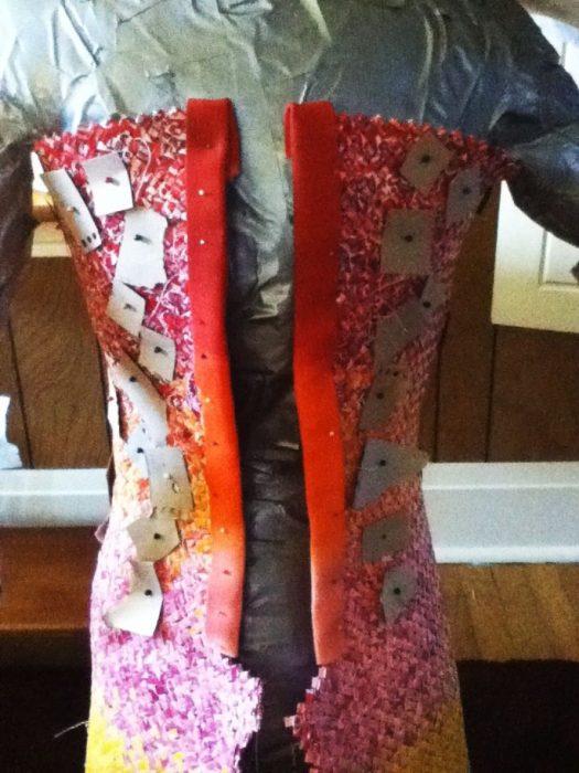 Chica usó envoltura de dulces para crear un vestido