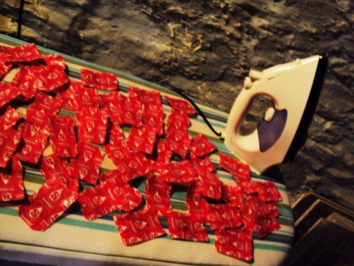Chica planchando envolturas de dulces