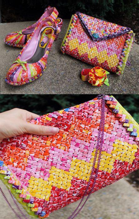 Chica usó envoltura de dulces para crea un bolso y unos zapatos