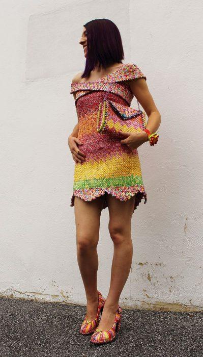 Chica hizo un vestido con envolturas de dulces