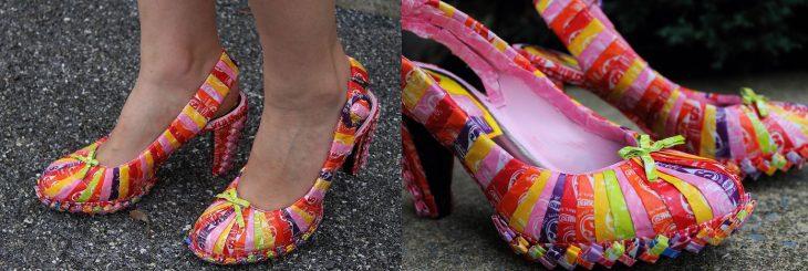 Zapatos hechos con envolturas de dulces