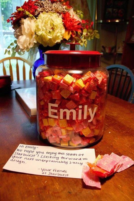 Frasco lleno con dulces usados para hacer un vestido