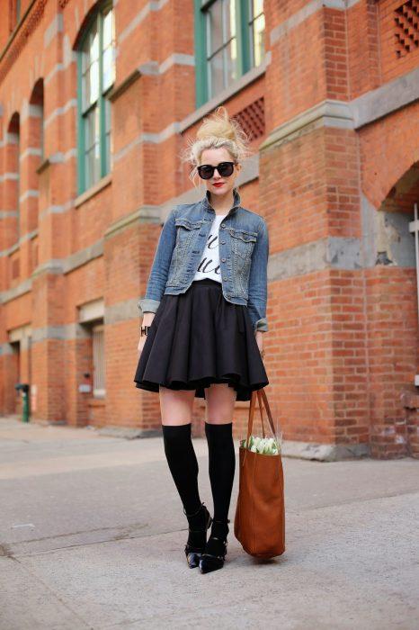 Chica usando una chaqueta de mezclilla