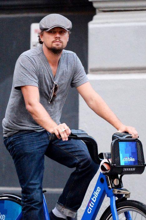 chico en bicicleta