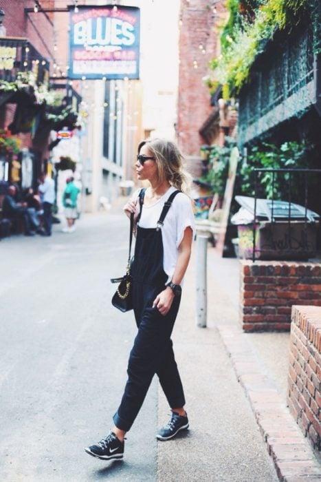 Chica usando un jumper de color negro
