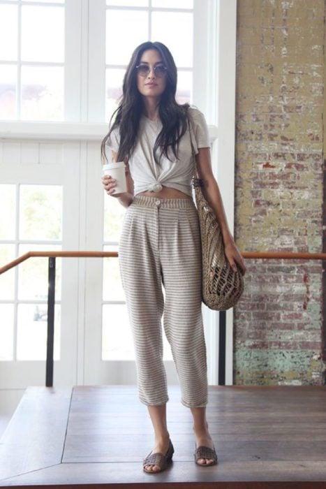 Chica usando jogger pants y blusa atada hasta la cintura