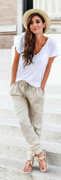 Chica usando jogger pants blusa blanca y sandalias