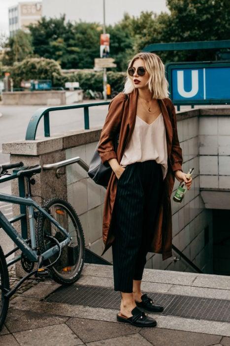 Chica usando pantalones de vestir holgados en color café