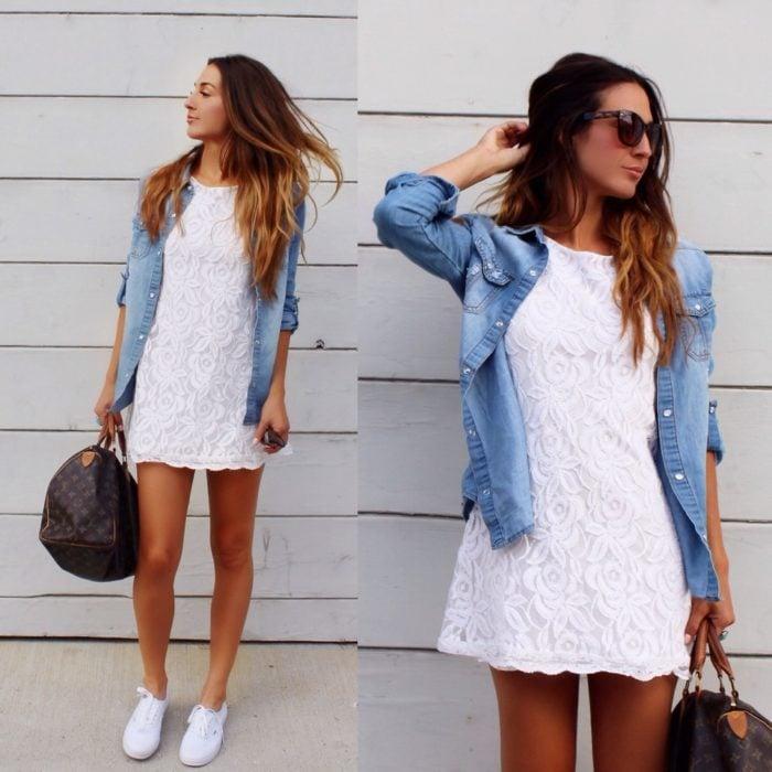 Chica usando una blusa de mezclilla con vestido de encaje