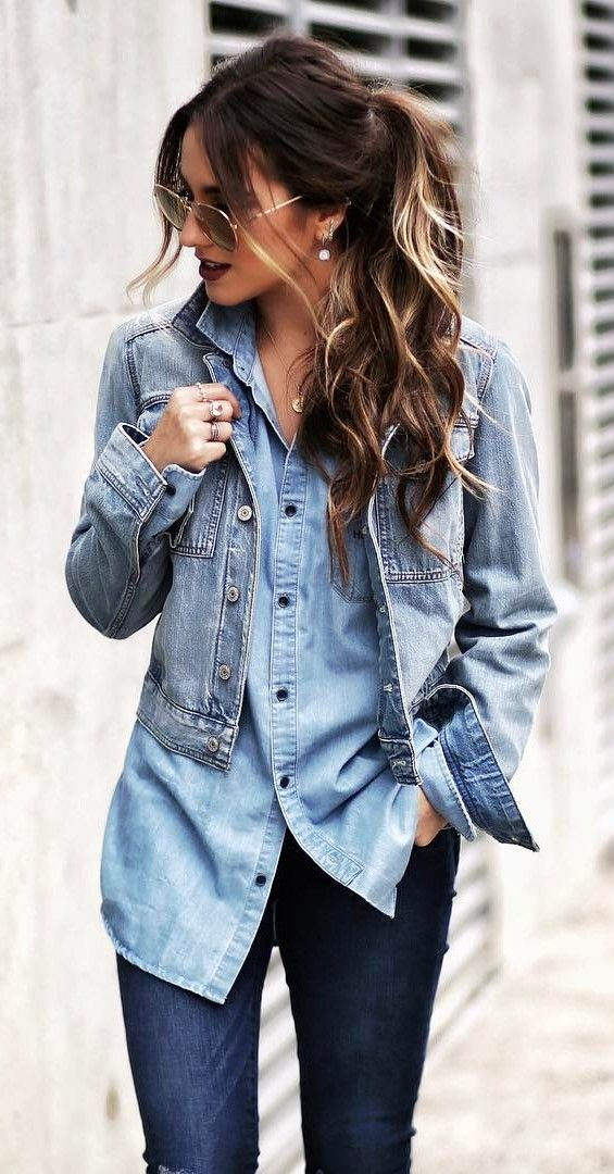 47ac1db488 Chica usando una blusa de mezclilla con jeans y chamarra de mezclilla