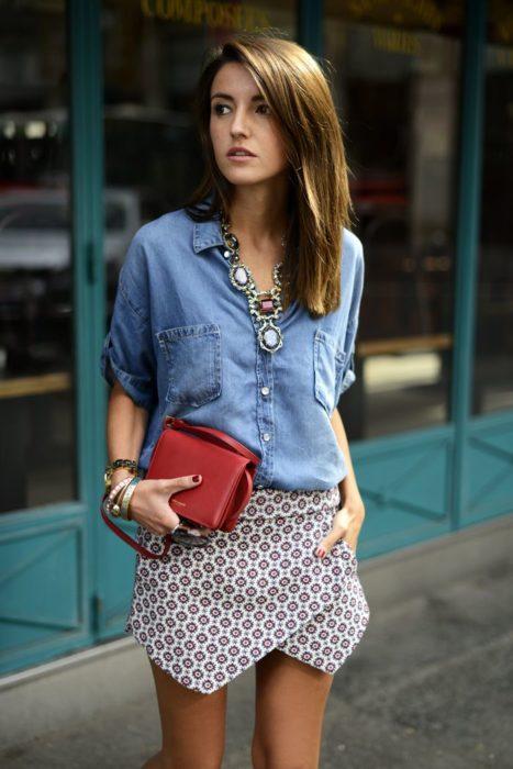 Chica usando una blusa de mezclilla con falda estampada