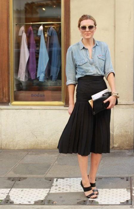 Chica usando una blusa de mezclilla con falda de campana negra