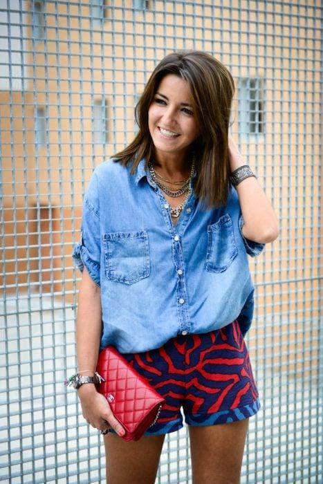 Chica usando una blusa de mezclilla con falda animal print