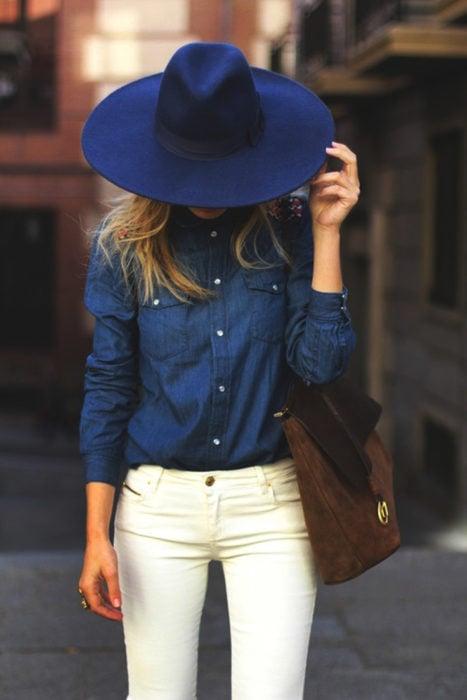 Chica usando una blusa de mezclilla con jeans blancos y blusa de mezclilla