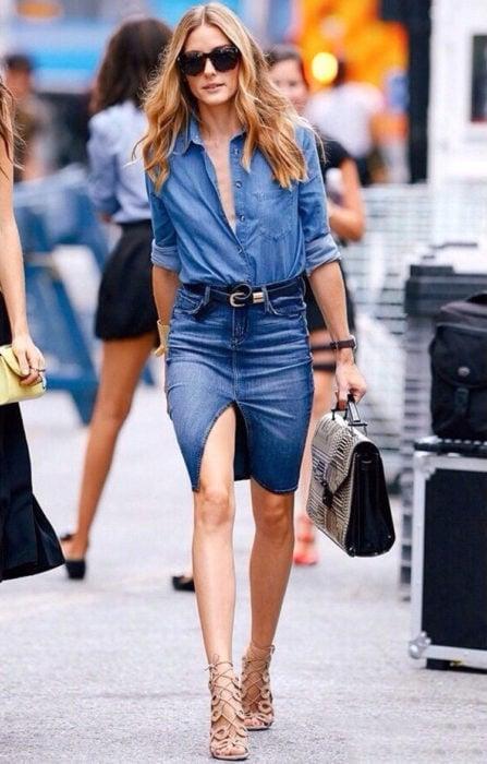 Chica usando una blusa de mezclilla con falda de mezclilla
