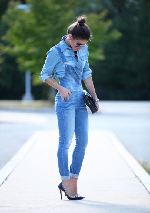 Chica usando una blusa de mezclilla con un overol de mezclilla
