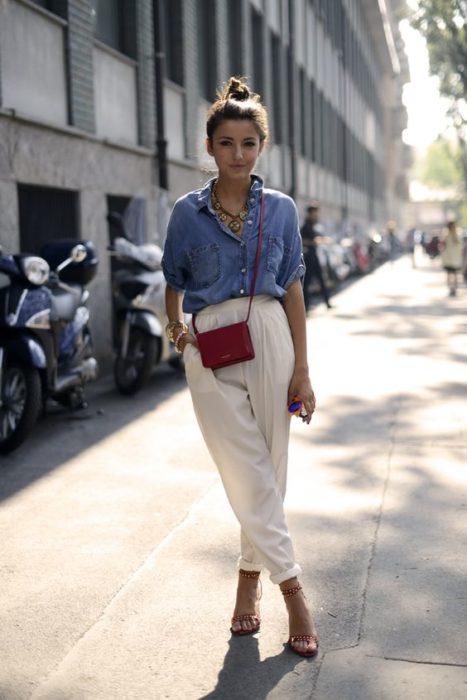 Chica usando una blusa de mezclilla con pantalón holgado