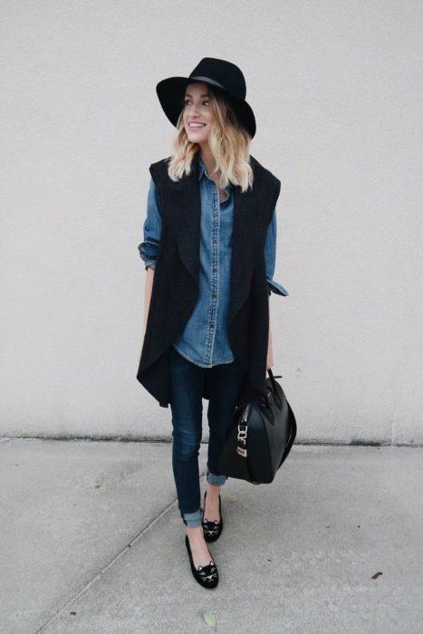 Chica usando una blusa de mezclilla con jeans y chaleco
