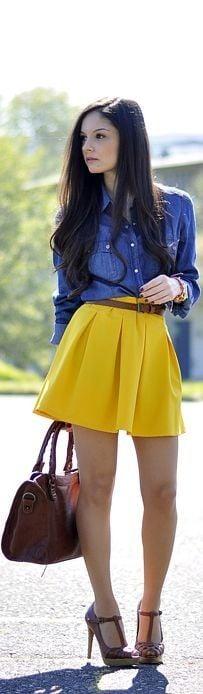 Chica usando una blusa de mezclilla con falda amarilla