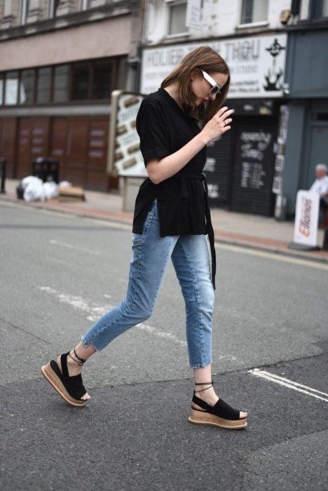 Chica usando flatforms estilo oxford