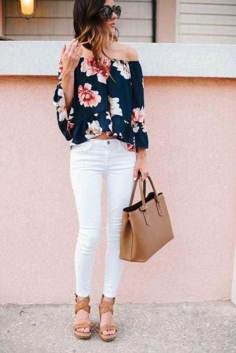 Chica usando un look con jeans blancos