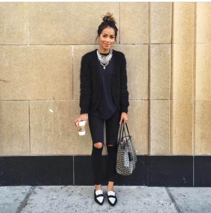 Chica usando mocasines con jeans negros rasgados y cardigan