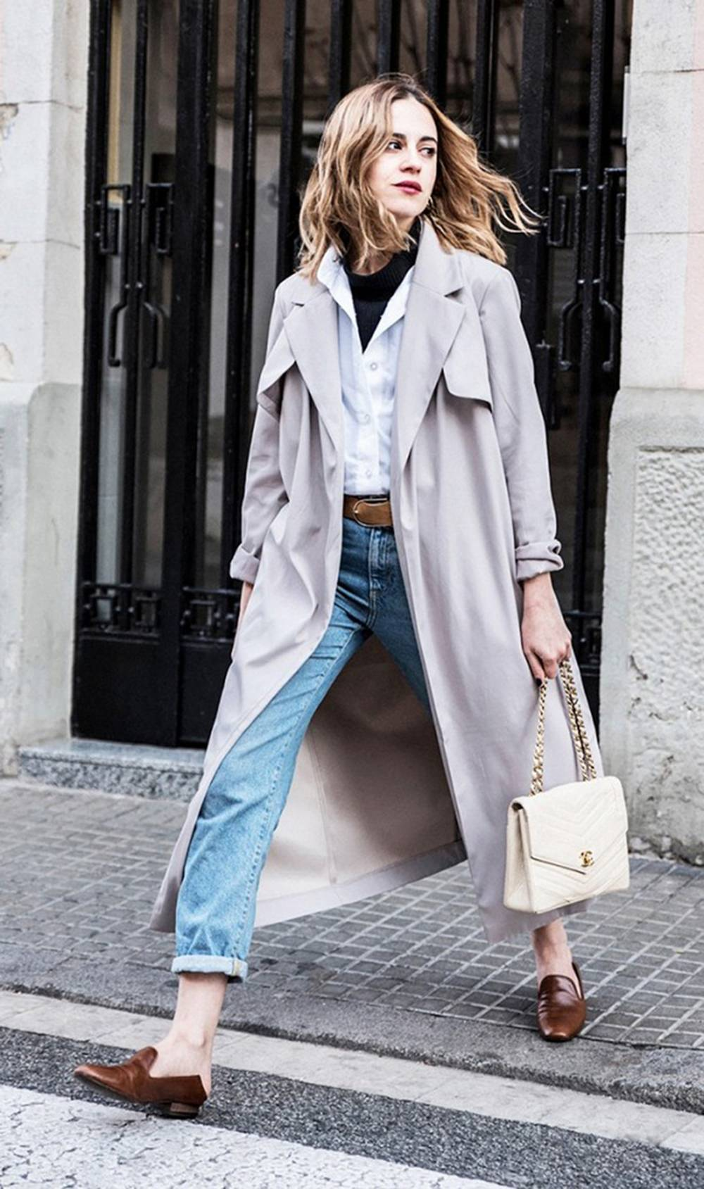 0398c288f74 Chica usando mocasines con gabardina jeans y blusa de vestir blanca
