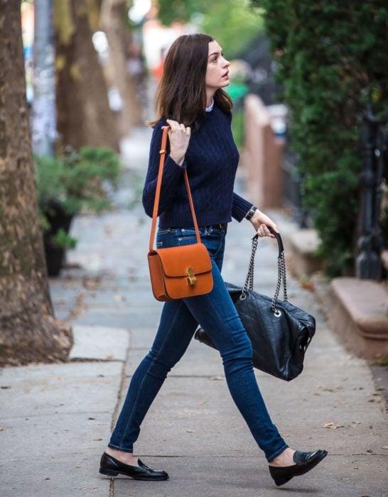 Chica usando mocasines con jeans y sueter azul marino