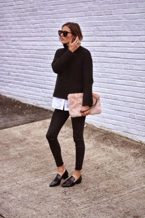 Chica usando mocasines con leggings negros y suéter negro